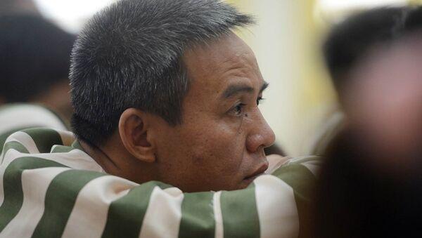Nhiều phạm nhân trầm tư khi thấy những  người cùng phân trại sắp trở về trong vòng tay chào đón của người thân. - Sputnik Việt Nam