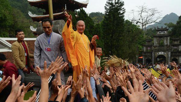 Nhà sư tung lộc ở chùa Hương - Sputnik Việt Nam