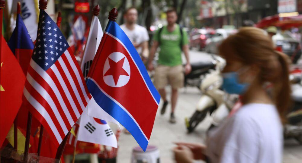 Cờ lưu niệm của Hoa Kỳ và Bắc Triều Tiên trong một cửa hàng lưu niệm ở Hà Nội, Việt Nam