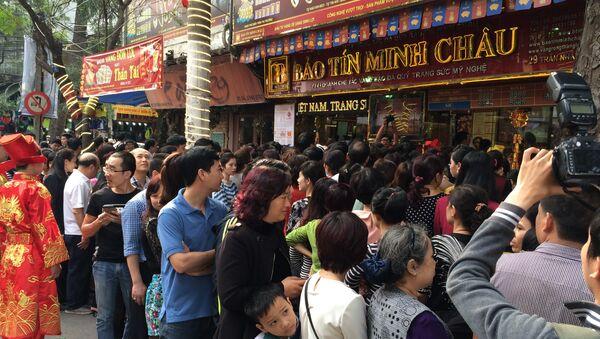 Dòng người đổ về cửa hàng vàng ngày một đông - Sputnik Việt Nam