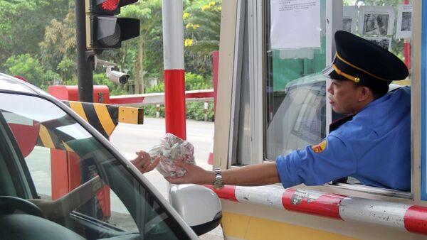 Liên tiếp mấy ngày gần đây, người dân huyện Nghi Xuân dùng tiền mệnh giá dưới 1.000 đồng để mua vé qua trạm thu phí Bến Thủy 1 - Sputnik Việt Nam