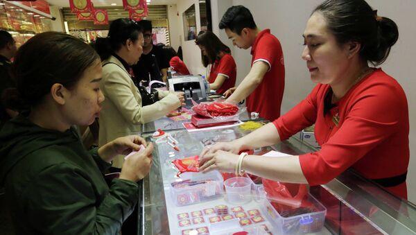 Khách hàng mua vàng tại Công ty kinh doanh vàng Doji. - Sputnik Việt Nam