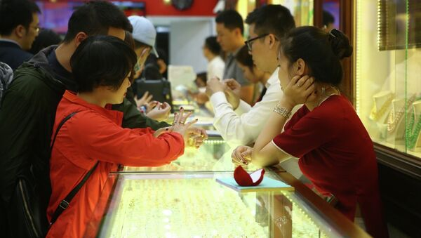 Khách đến mua vàng tại Công ty kinh doanh vàng Phú Tài. - Sputnik Việt Nam