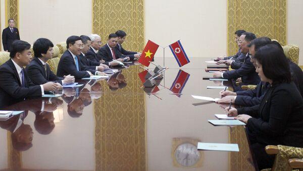 Phó Thủ tướng, Bộ trưởng Ngoại giao Việt Nam Phạm Bình Minh và Bộ trưởng Ngoại giao Triều Tiên Ri Yong-ho trong cuộc gặp tại Bình Nhưỡng - Sputnik Việt Nam