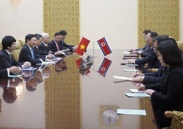 Phó Thủ tướng, Bộ trưởng Ngoại giao Việt Nam Phạm Bình Minh và Bộ trưởng Ngoại giao Triều Tiên Ri Yong-ho trong cuộc gặp tại Bình Nhưỡng