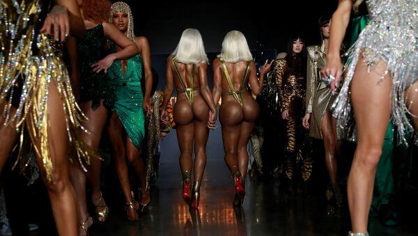 Chị em Clermont Twins trong buổi giới thiệu bộ sưu tập The Blonds tại Tuần lễ thời trang ở New York, Hoa Kỳ - Sputnik Việt Nam