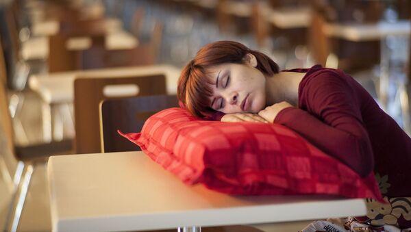 Cô gái buồn ngủ  - Sputnik Việt Nam