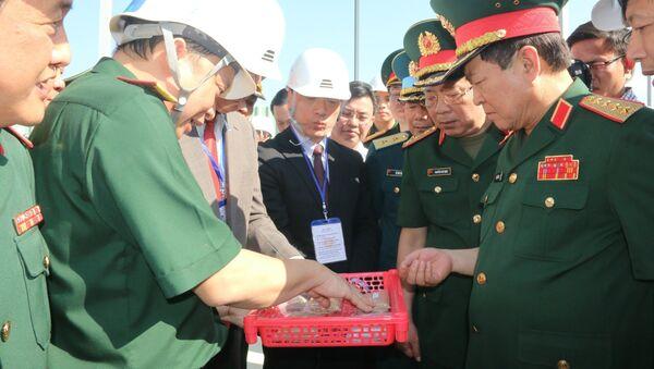 Bộ trưởng Bộ Quốc phòng Ngô Xuân Lịch kiểm tra tại khu vực xử lý đất đá nhiễm dioxin tại sân bay Biên Hòa. - Sputnik Việt Nam