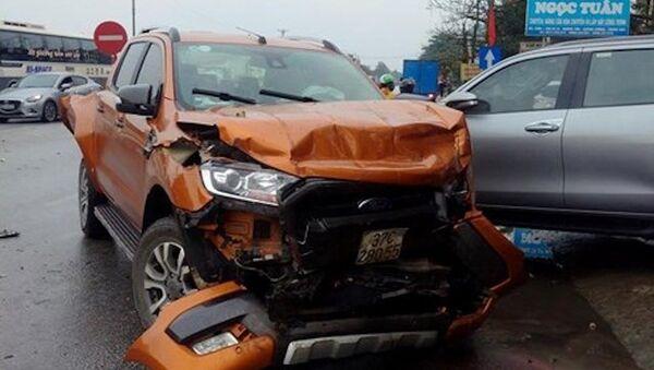 Vụ tai nạn khiến 2 xe bán tải bị hư hỏng nặng - Sputnik Việt Nam