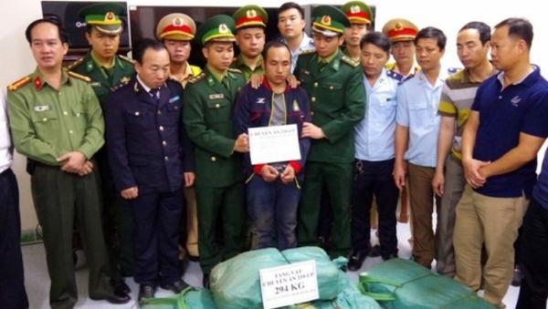 Đối tượng VangChueyang Briachear và tang vật lbị lực lượng chức năng bắt giữ. - Sputnik Việt Nam
