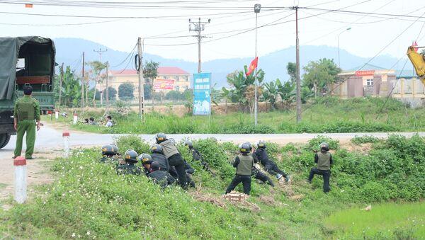 Lực lượng công an, cảnh sát cơ động tham gia truy bắt đối tượng - Sputnik Việt Nam