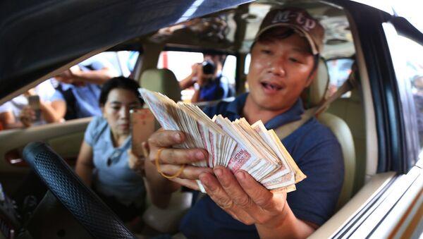 Các tài xế tiếp tục sử dụng tiền lẻ mệnh giá thấp như 200, 500 đồng để trả phí qua trạm BOT Biên Hòa (xã Trung Hoà, huyện Trảng Bom, Đồng Nai) để tiếp tục phản đối việc trạm này đặt sai vị trí và thu mức phí quá cao - Sputnik Việt Nam