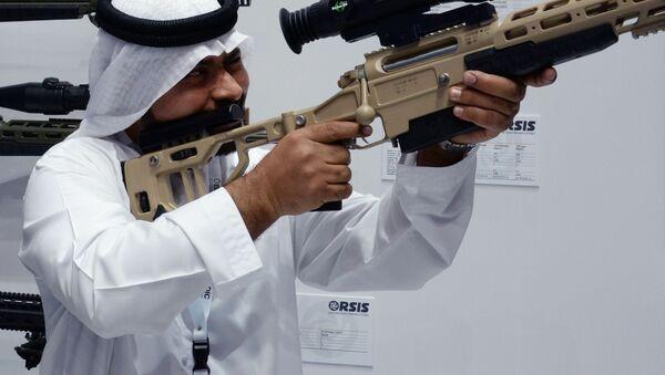 Khách quan tâm tới súng trường bắn tỉa T-5000 do công ty vũ khí Orsis của Nga giới thiệu tại triển lãm vũ khí quốc tế IDEX-2019 ở Abu Dhabi - Sputnik Việt Nam