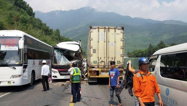 Vụ tai nạn khiến chiếc xe khách bị vỡ nát phần đầu. - Sputnik Việt Nam