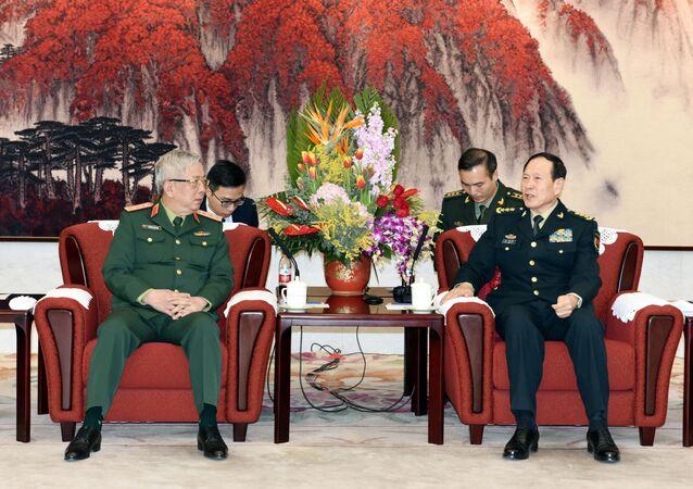 Thượng tướng, Thứ trưởng Bộ Quốc phòng Nguyễn Chí Vịnh chào xã giao Thượng tướng Ngụy Phượng Hòa (Wei Fenghe), Ủy viên Quân ủy Trung ương, Ủy viên Quốc vụ, Bộ trưởng Bộ Quốc phòng Trung Quốc.