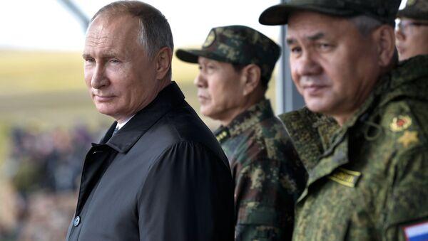 Tổng thống Nga Vladimir Putin và Bộ trưởng quốc phòng Nga Sergei Shoigu - Sputnik Việt Nam