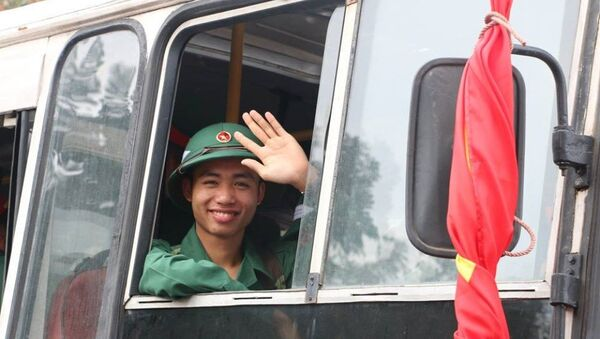 Lê Văn Đức là một cửa hàng trưởng trẻ tuổi nhưng luôn tích cực lao động sản xuất kinh doanh, tổ chức tốt công tác bán hàng góp phần gia tăng sản lượng các mặt hàng xăng dầu và sản phẩm hóa dầu tại cửa hàng - Sputnik Việt Nam