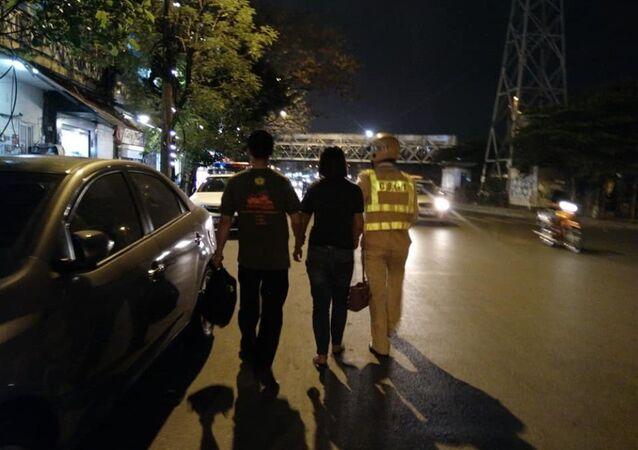 Ngay sau đó CSGT cùng người dân đã giật được chiếc kéo đưa người phụ nữ về trụ sở công an.