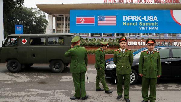Các chiến sĩ công an, cảnh sát Việt Nam đứng bảo vệ bên ngoài trung tâm báo chí trước thềm Hội nghị thượng đỉnh Mỹ-Triều, Hà Nội, Việt Nam, ngày 23 tháng 2 năm 2019. - Sputnik Việt Nam