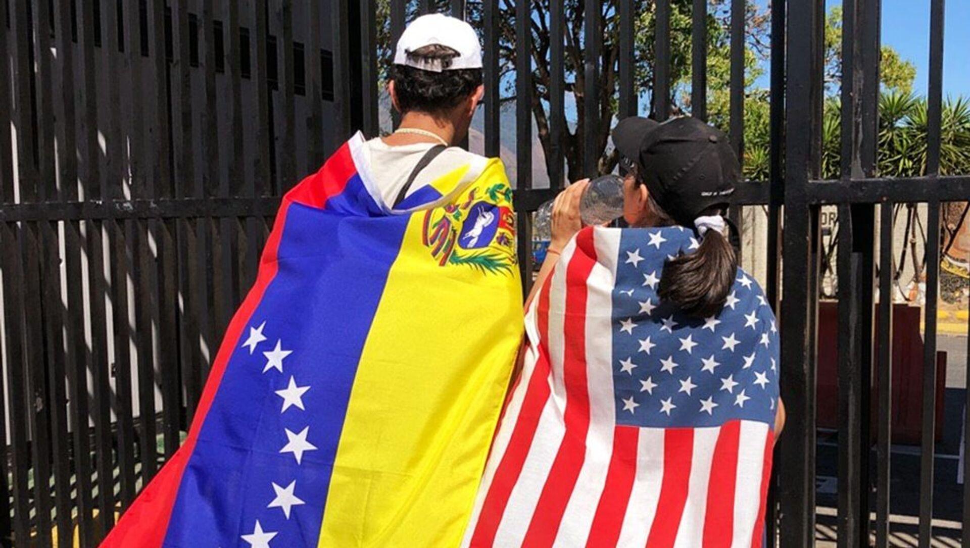 Những người tham gia cuộc biểu tình ở Caracas ủng hộ thủ lĩnh phe đối lập Juan Guaido, tự xưng là tổng thống lâm thời Venezuela  - Sputnik Việt Nam, 1920, 04.03.2021