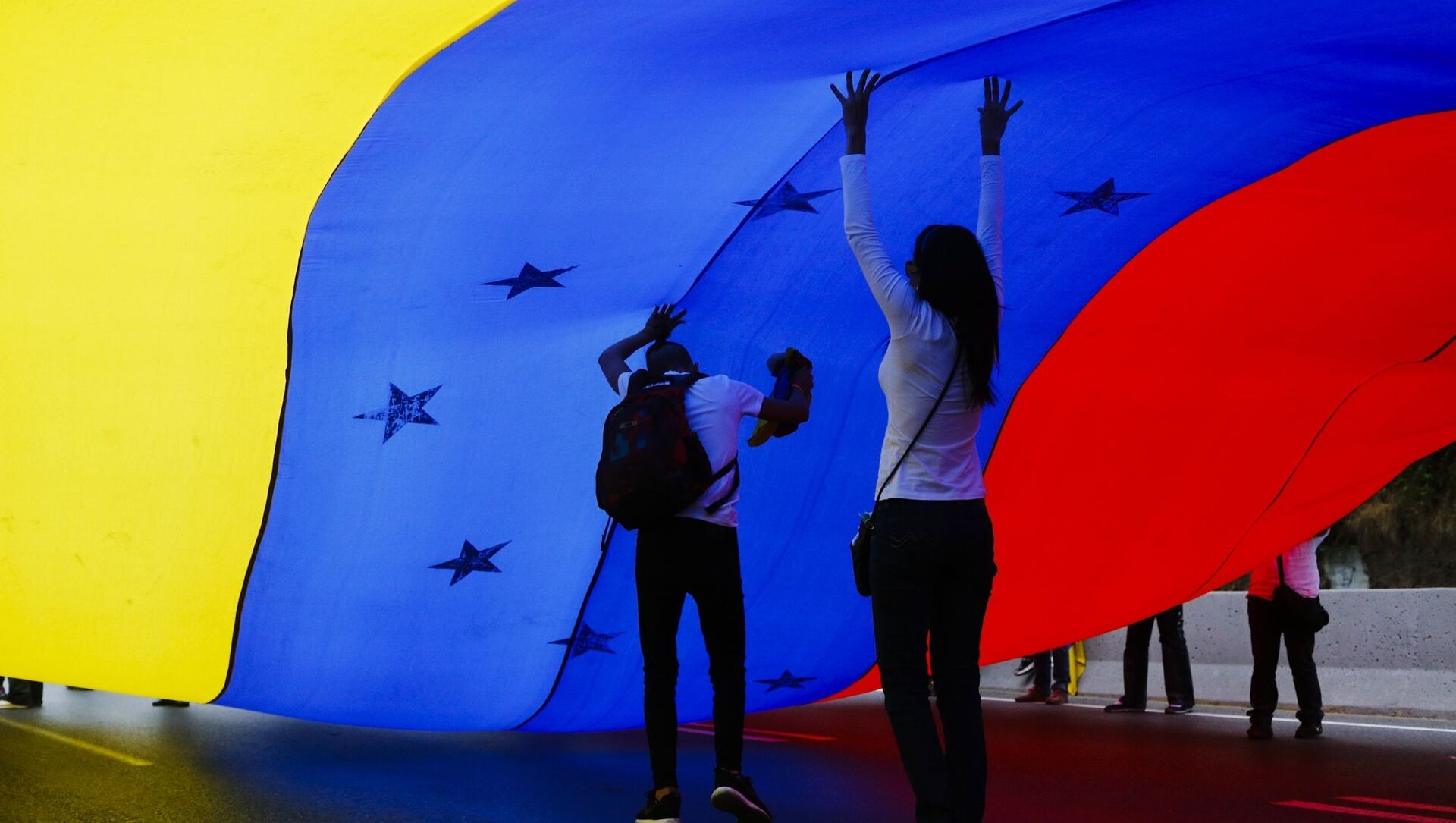 Những người tham gia cuộc biểu tình ở Caracas ủng hộ thủ lĩnh phe đối lập Juan Guaido, tự xưng là tổng thống lâm thời Venezuela  - Sputnik Việt Nam, 1920, 29.03.2021