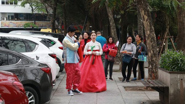 Cô gái Triều Tiên trên đường phố Hà Nội - Sputnik Việt Nam