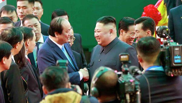 Bộ trưởng, Chủ nhiệm Văn phòng Chính phủ Mai Tiến Dũng đón Chủ tịch Triều Tiên Kim Jong-un tại ga Đồng Đăng. - Sputnik Việt Nam