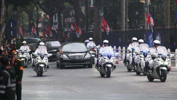 Đoàn xe đưa Chủ tịch Triều Tiên Kim Jong-un về Hà Nội trên phố Tràng Tiền.  - Sputnik Việt Nam