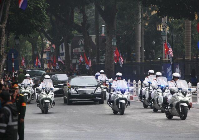 Đoàn xe đưa Chủ tịch Triều Tiên Kim Jong-un về Hà Nội trên phố Tràng Tiền.