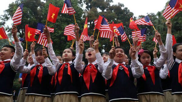 Học sinh từ trường trung học Nguyễn Du vẫy cờ Hoa Kỳ và Việt Nam trước hội nghị thượng đỉnh Bắc Triều Tiên-Hoa Kỳ tại Hà Nội, Việt Nam - Sputnik Việt Nam