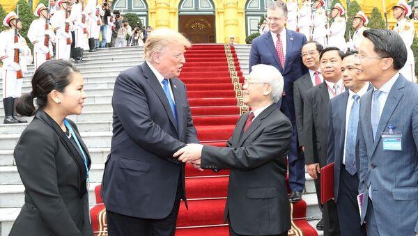 Tổng Bí thư, Chủ tịch nước Nguyễn Phú Trọng tiễn Tổng thống Mỹ Donald Trump.  - Sputnik Việt Nam