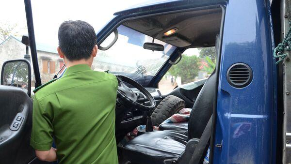 Công an kiểm tra ma túy, nồng độ cồn tài xế xe chở gỗ bỏ chạy, đâm CSGT bị thương - Sputnik Việt Nam