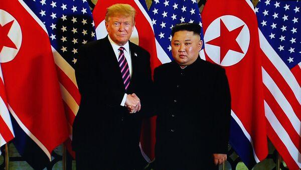 Tổng thống Mỹ Donald Trump và Chủ tịch Triều Tiên Kim Jong-un bắt tay nhau - cái bắt tay lịch sử tại Thủ đô Hà Nội, thành phố vì hòa bình. - Sputnik Việt Nam