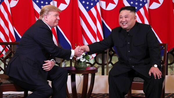 Cú bắt tay lịch sử ở Hà Nội của Tổng thống Mỹ Donald Trump và Chủ tịch Triều Tiên Kim Jong Un - Sputnik Việt Nam