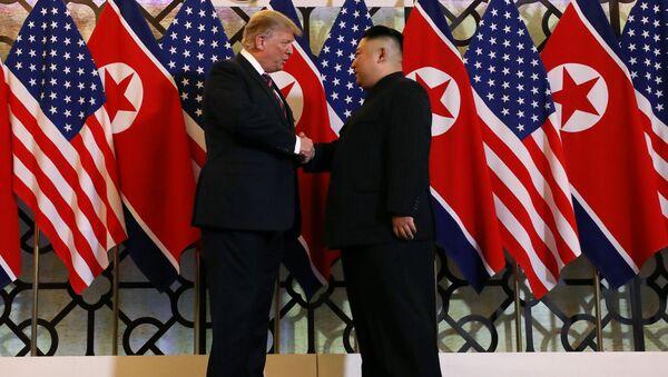 Tổng thống Hoa Kỳ Donald Trump và nhà lãnh đạo Triều Tiên Kim Jong Un bắt tay trước cuộc gặp riêng tại Hội nghị thượng đỉnh Mỹ-Triều lần thứ hai, khách sạn Metropole ở Hà Nội, Việt Nam ngày 27 tháng 2 năm 2019 - Sputnik Việt Nam
