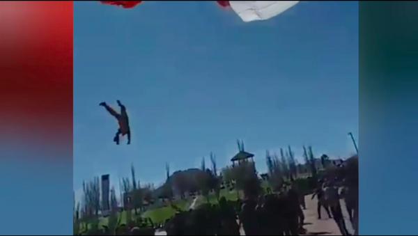 Lễ thượng cờ hoảng loạn khi một người lính bay lên theo lá quốc kỳ - Sputnik Việt Nam