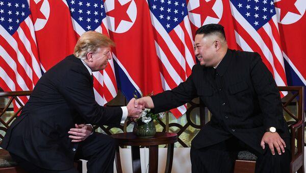 Tổng thống Mỹ Donald Trump và nhà lãnh đạo Triều Tiên Kim Jong Un gặp gỡ, bắt tay chào hỏi ngày làm việc đầu tiên của cuộc gặp thượng đỉnh tại Hà Nội - Sputnik Việt Nam