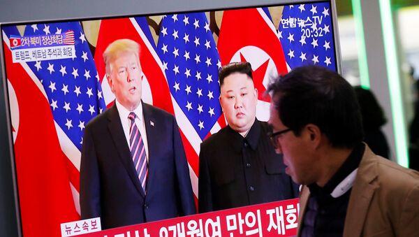 Phát sóng đưa tin cuộc gặp giữa Tổng thống Mỹ Donald Trump và nhà lãnh đạo Triều Tiên Kim Jong-un trên màn hình TV ở Seoul, Hàn Quốc - Sputnik Việt Nam