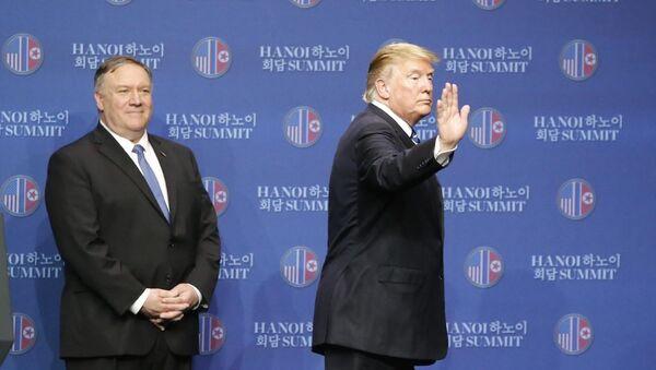 Tổng thống Mỹ Donald Trump kết thúc cuộc họp báo lúc 14 giờ 50 phút để rời khách sạn ra sân bay. - Sputnik Việt Nam