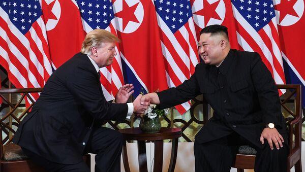 Nhà lãnh đạo Triều Tiên Kim Jong-un và Tổng thống Mỹ Donald Trump trong hội nghị thượng đỉnh Mỹ-Triều Tiên lần thứ hai tại Hà Nội, Việt Nam - Sputnik Việt Nam