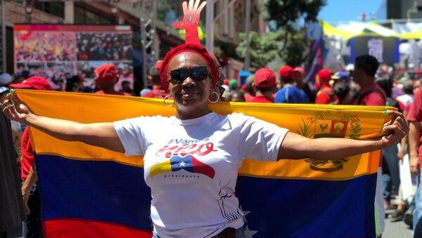 Một phụ nữ tham gia cuộc biểu tình ủng hộ Tổng thống Venezuela Nicolas Maduro ở Caracas - Sputnik Việt Nam
