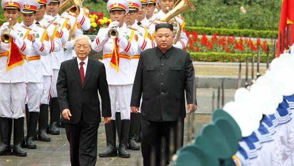 Tổng Bí thư, Chủ tịch nước Nguyễn Phú Trọng và Chủ tịch Triều Tiên Kim Jong-un duyệt Đội danh dự Quân đội nhân dân Việt Nam - Sputnik Việt Nam