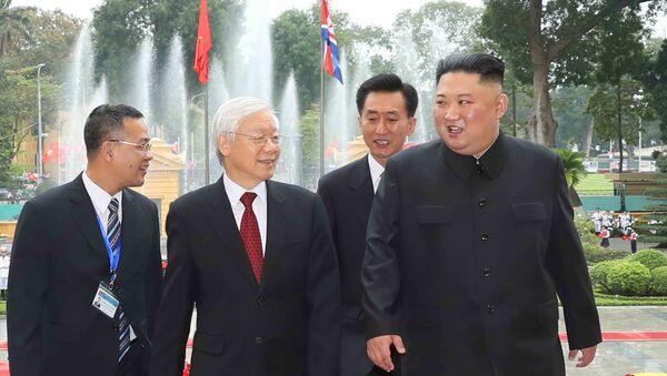 Tổng Bí thư, Chủ tịch nước Nguyễn Phú Trọng và Chủ tịch Triều Tiên Kim Jong-un tại lễ đón - Sputnik Việt Nam