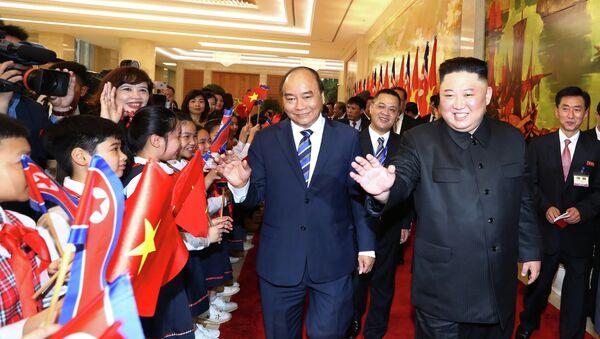 Thủ tướng Nguyễn Xuân Phúc và Chủ tịch Triều Tiên Kim Jong-un vẫy chào đáp lại các thiếu nhi Hà Nội chào mừng đoàn đại biểu Triều Tiên thăm Việt Nam - Sputnik Việt Nam
