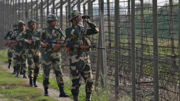 Bộ đội biên phòng Ấn Độ ở biên giới với Pakistan tại khu vực Ranbir Singh Pora - Sputnik Việt Nam