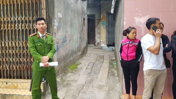 Ngõ 25 đường Hoàng Hoa Thám nơi dẫn vào ngôi nhà xảy ra vụ thảm sát đang được lực lượng chức năng chốt chặn, phong toả hiện trường - Sputnik Việt Nam