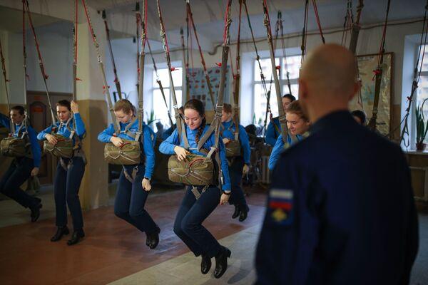 Nhóm nữ học viên trong các lớp huấn luyện bay tại Trường không quân cao cấp đào tạo phi công Krasnodar mang tên Anh hùng Liên Xô A.K. Serov - Sputnik Việt Nam