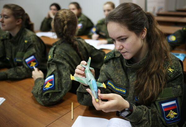 Nữ học viên-phi công trong giờ huấn luyện tại Trường không quân cao cấp đào tạo phi công Krasnodar - Sputnik Việt Nam