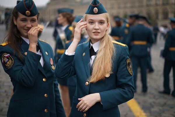 Nữ học viên tốt nghiệp học viện Bộ các tình trạng khẩn cấp Nga trên Quảng trường Đỏ ở Moskva - Sputnik Việt Nam