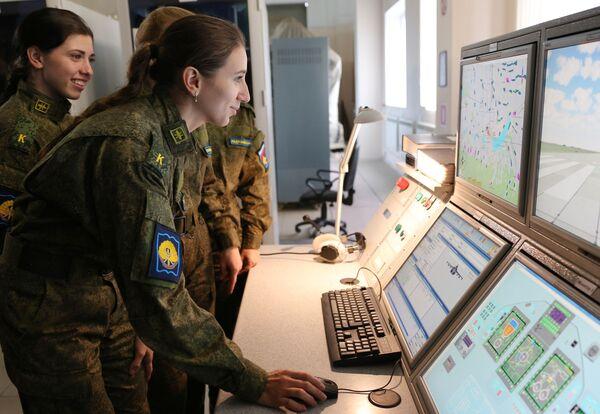 Nữ học viên-phi công Trường không quân cao cấp đào tạo phi công Krasnodar mang tên Anh hùng Liên Xô A.K. Serov tại giờ học trong tổ hợp huấn luyện bay - Sputnik Việt Nam